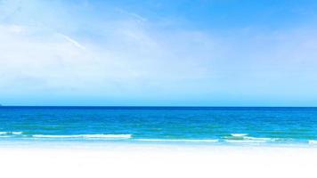 tropisk vit sandstrand under blå himmel och molnbakgrund. resande sommar koncept. foto