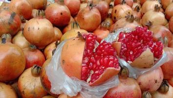 välsmakande och hälsosamt granatäpple foto