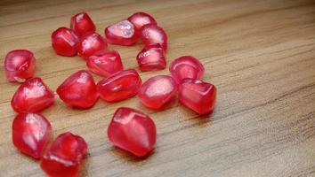 granatäpple och frön lager på bordet foto
