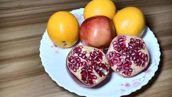 granatäpple och orange närbild på tallriken foto