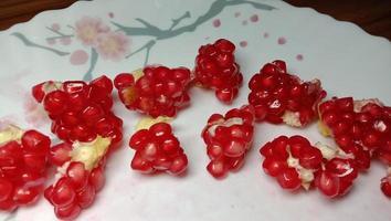 granatäpple frön lager på plattan foto