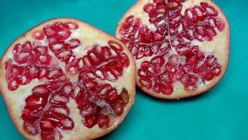 granatäpple närbild på cyan bakgrund foto