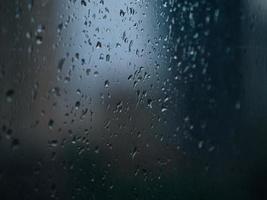 regndroppar på fönster. foto