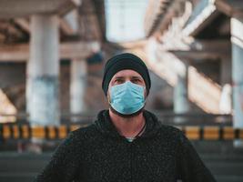 porträtt av en man i en medicinsk mask foto