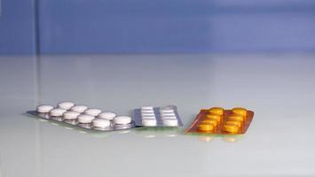 olika läkemedel. piller tabletter i blisterförpackning foto