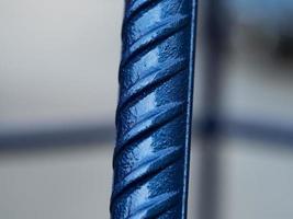 närbild av blå metallarmatur. byggmaterial foto