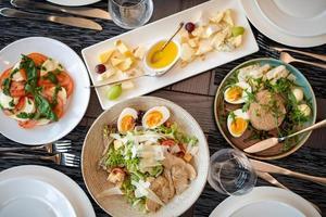 restaurangbordsservering med bestick och bestick av glas på restaurang före fest foto