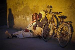 tamanrasset, algeriet 2010 - okänd person som sitter med sin cykel foto