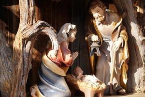jul spjälsäng. festliga träfigurer. foto
