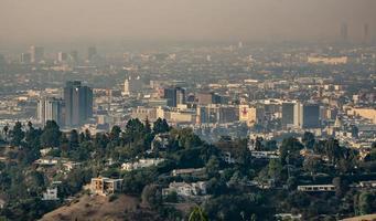 Los Angeles skyline och förorter insvept i rök från woosle-bränder 2018 foto