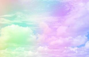 himmel och moln på en vacker pastell foto