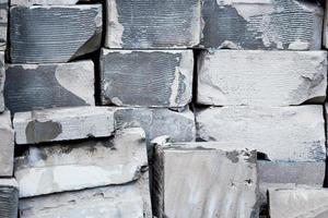 grå och vita tegelstenar som en vägg med luckor foto