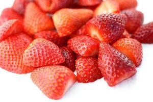 massa jordgubbar på vitt foto