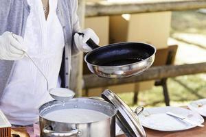 amerikanska pannkakor stekt i en panna foto