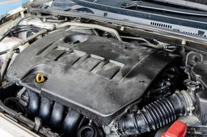 bilmotor är motor smutsiga bildelar, damm ansamling. dammiga bilkomponenter foto