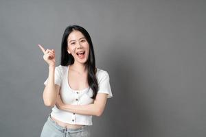 ung asiatisk kvinna med tänkande ansikte foto