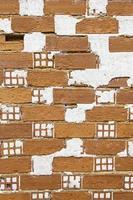 gammal och övergiven tegelvägg i en stad foto