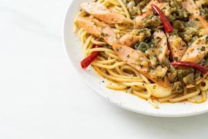 hemlagad spagetti med vitlök och korv foto