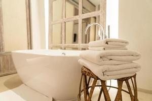 handduk med badkar i lyxigt badrum foto