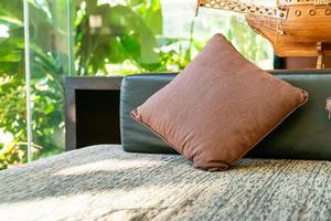 bekväm kuddedekoration på soffan vid balkongområdet foto