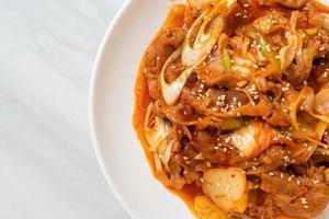 uppstekt fläsk med koreansk kryddig pasta och kimchi - koreansk matstil foto