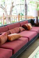 vackra kuddar på tom soffa foto