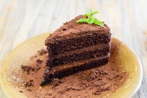 chokladkaka med mynta på tallriken i kafé och restaurang foto