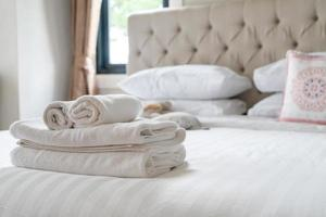 vit duschhandduk på sängen foto