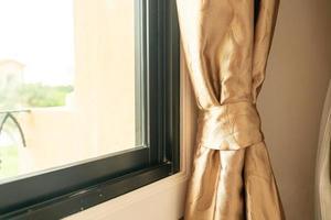 närbild gardin med solljus från fönstret foto