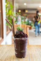 blandade bär blandar glas i café och restaurang foto