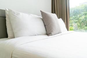 bekväm kuddedekoration på sängen i sovrummet foto