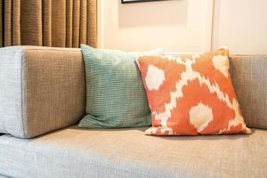 vacker kuddedekoration på soffan i vardagsrummet foto