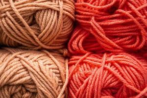 konsistens av rosa fluffiga ulltrådar för stickning. foto