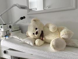 vi tar hand om nallebjörnen på operationsbordet foto