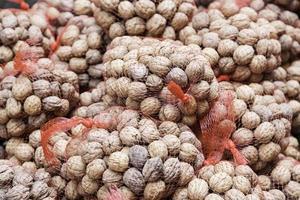 nötter på en marknad foto