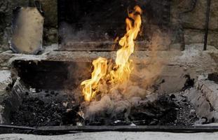 kol eld i en smedja foto