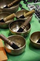 handgjorda tibetanska skålar foto