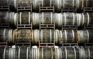 gamla vinfat för vin foto