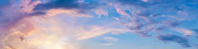 dramatisk panoramahimmel med moln vid soluppgång och solnedgångstid foto