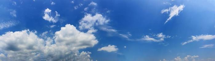panoramahimmel med moln på en solig dag foto