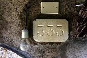 husnummer med glödlampa foto