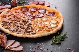 färsk utsökt pizza gjord i en härdugn med fyra sorters kött och korv foto