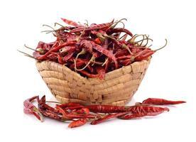 torkad chili i korgen på vit bakgrund foto