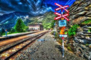tågstationen i det schweiziska berget foto