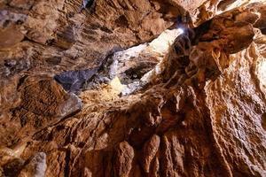 kalksten i underjordiska grottor som besöks av speleologer foto