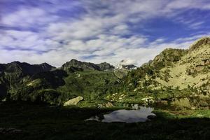 liten fjällsjö på Alperna i Orobie Italien foto