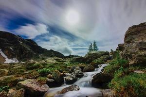 berglandskap med liten vattenväg på sommaren foto