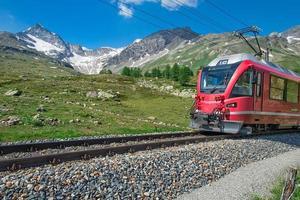 rött tåg till Alperna foto