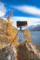vintage platta kamera på trä stativ foto