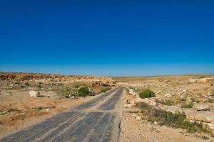 väg som korsar Negevöknen i Israel foto